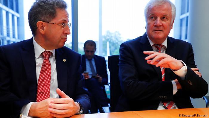 Kushoto: Hans-Georg Maassen. Kulia: waziri wa mambo ya ndani wa Ujerumani Horst Seehofer