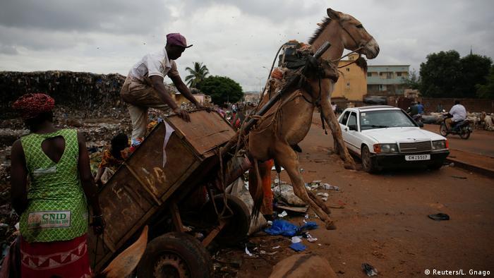 Śmieciarz w stolicy Mali Bamako (Reuters/L. Gnago)