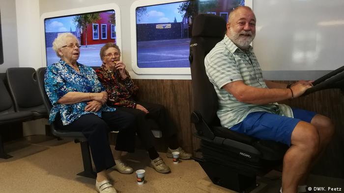 Annie, Truus und Rudi (von links) sitzen in der Bus-Attrappe im Pflegeheim in Doetinchem.