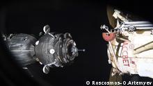 Soyuz approaching International Space Station Looking over these photos that Oleg Artemyev took of our Soyuz approaching the International Space Station a few weeks ago, it occurred to me how bizarre it actually is to live inside a small satellite for two days... --- Wenn ich mir Bilder anschaue, die Oleg Artemyev vor ein paar Wochen von unserem anfliegenden Soyuz Raumschiff gemacht hat, so kommt mir die Vorstellung bizarr vor, dass wir fuer 2 Tage in diesem kleinen Satelliten gelebt haben... image ID: 333B5246 Credits: Roscosmos–O.Artemyev