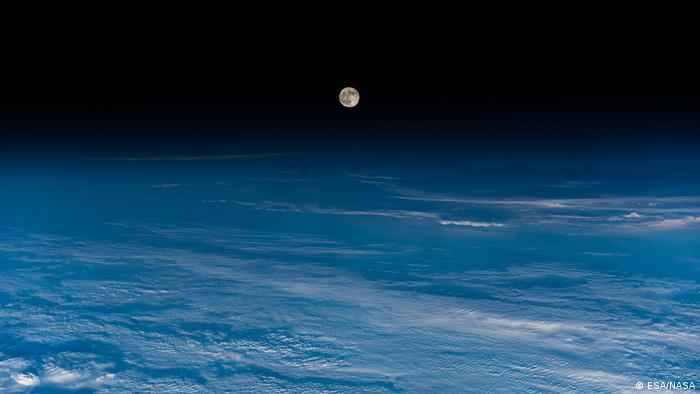 Луна из иллюминатора