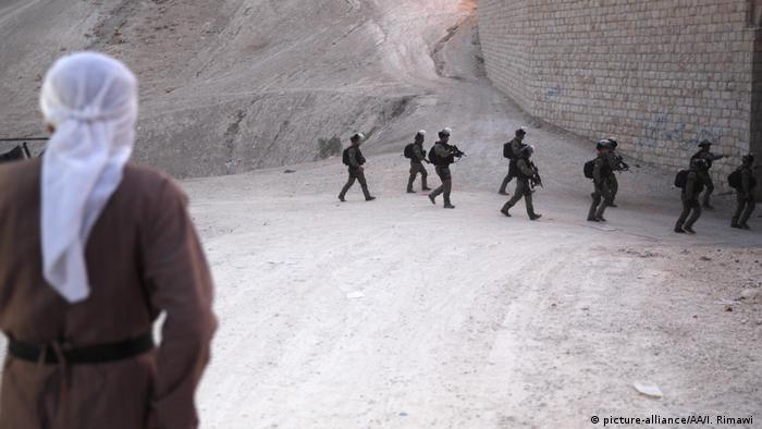 Israelische Soldaten im Hintergrund, vorne ein Beduine (Foto: picture-alliance)
