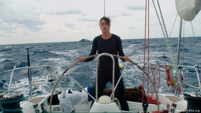 Filmstill Styx (trigon-film.org) Seglerin allein am Steuer eines Segelboots