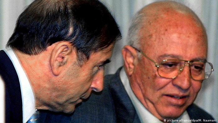 Israel Außenminister Shlomo Ben Ami (L) und Ahmed Qorei Palästina (picture-alliance/dpa/M. Naamani)