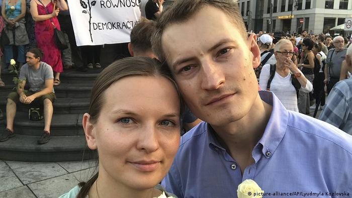 Ludmiła Kozłowska z mężem Bartoszem Kramkiem na demonstracji w Warszawie