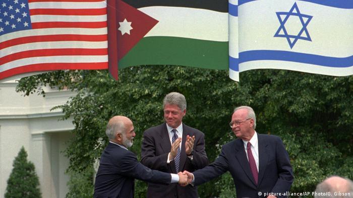 USA 1995 Erklärung zum Nahostkonflikt | König Hussein von Jordanien & Bill Clinton & Jitzchak Rabin (picture-alliance/AP Photo/G. Gibson)