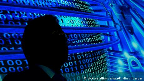 Hans-Georg Maassen in front of a projection of figures from the internet. (picture-alliance/dpa/R. Hirschberger)