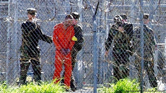 Amerikanische Militärpolizisten holen im Militärgefängnis Guantanamo auf Kuba einen Gefangenen aus seinem Käfig