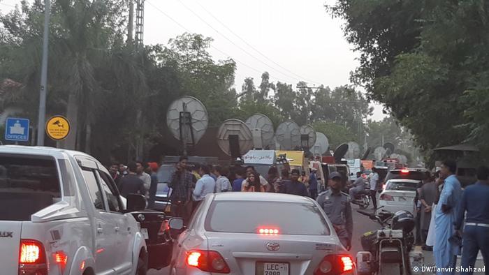 Pakistan Lahore Beerdigung von Kalsoom Nawaz (DW/Tanvir Shahzad)