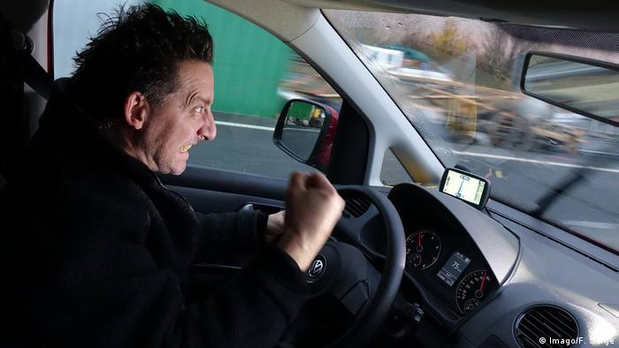 Aggressiver und gestresster Autofahrer auf der Autobahn