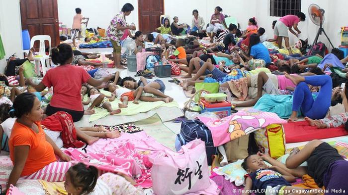 Risk altındaki bölgelerde okullar tatil edildi, on binlerce kişi barınma merkezlerine nakledildi.