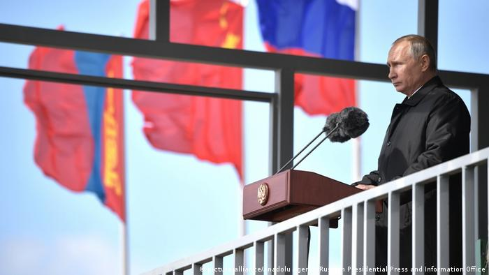 Vladimir Putin, Russian, Chinese, Mongolian flags (picture-alliance/Anadolu Agency/Russian Presidential Press and Information Office)