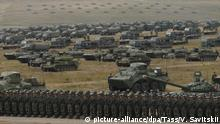 TRANSBAIKAL TERRITORY, RUSSIA - SEPTEMBER 13, 2018: Military hardware during a parade of military hardware and aviation involved in the main stage of the Vostok 2018 military exercise held jointly by the Russian Armed Forces and the Chinese People's Liberation Army at the Tsugol range. Vadim Savitsky/Russian Defence Ministry Press Office/TASS Foto: Vadim Savitsky/TASS/dpa |