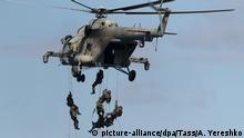 TRANSBAIKAL TERRITORY, RUSSIA - SEPTEMBER 13, 2018: Servicemen fast-roping from a Mil Mi-8AMTSh-V multi-purpose helicopter during the main stage of the Vostok 2018 military exercise held jointly by the Russian Armed Forces and the Chinese People's Liberation Army at the Tsugol range. Alexei Yereshko/Russian Defence Ministry Press Office/TASS Foto: Alexei Yereshko/TASS/dpa |
