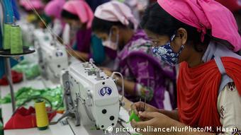 Bangladeshi textile workers in Dhaka | Arbeiterinnen