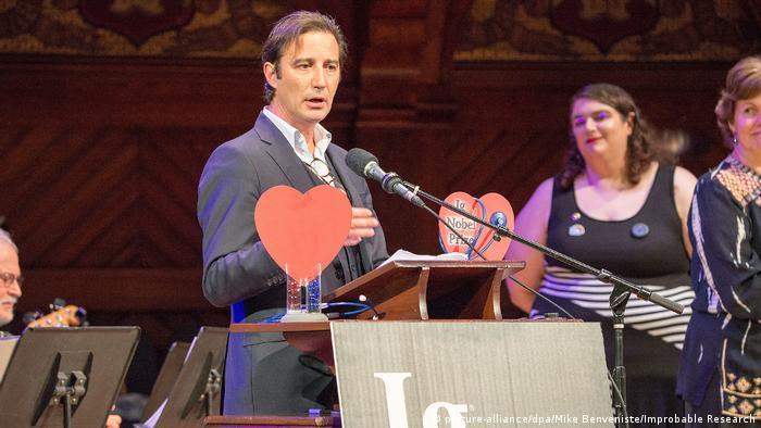 USA Verleihung des Ig-Nobelpreises 2018 in Boston   Francisco Alonso, Dankesrede (picture-alliance/dpa/Mike Benveniste/Improbable Research)