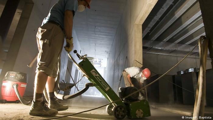 Deutschland Bauarbeiter auf der Baustelle Symbolbild (Imago/F. Baptista)