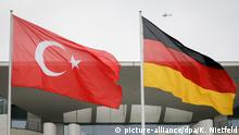 ARCHIV - 15.02.2018, Berlin: Die türkische und die deutsche Fahne wehen vor dem Bundeskanzleramt. (zu dpa «Maas nennt Bedingung für Normalisierung von Türkei-Beziehungen» vom 31.08.2018) Foto: Kay Nietfeld/dpa +++ dpa-Bildfunk +++ | Verwendung weltweit