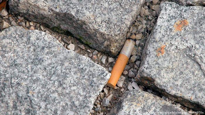 Kopfsteinpflaster aus Granit mit Zigarettenkippe (picture-alliance/blickwinkel/McPHOTOs)
