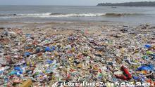 Indien Plastikmüll am Strand von Mumbai