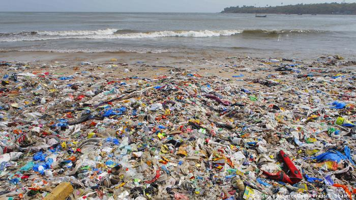 Plastic rubbish on Mumbai beach, India (picture-alliance/Zuma Press/S. Sharma)
