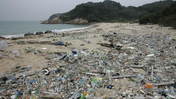 Hongkong Plastikmüll am Strand (picture-alliance/AP Photo/A. Hofford)