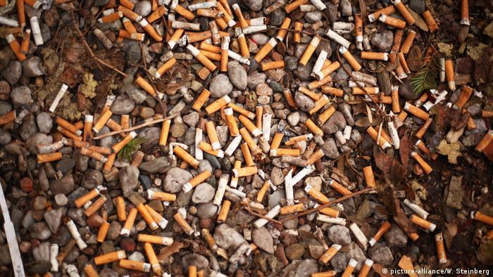 Mucuri de ţigară aruncate pe caldarâm la Praga