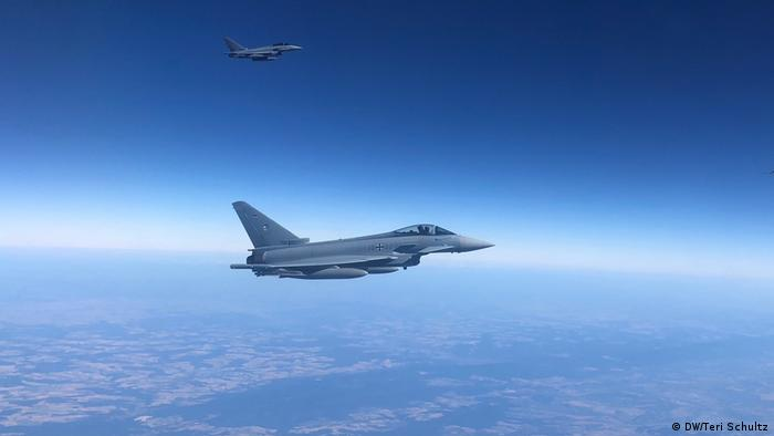 ۷۲ درصد درآمد کمپانی ایتالیایی لئوناردو از فروش تسلیحات نظامی بهدست میآید. این کمپانی سالانه بیش از ۱۱ میلیارد دلار اسلحه صادر میکند و در ساخت جنگندههای یوروفایتر (عکس) نیز سهیم است.