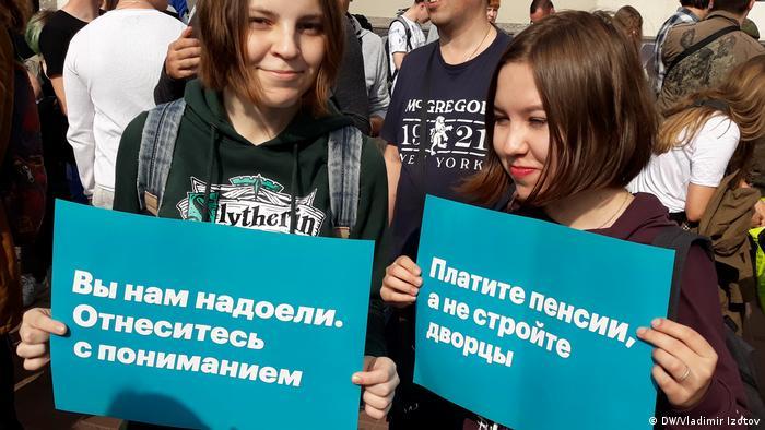 Участницы протеста повышения пенсионного возраста в Санкт-Петербурге 9 сентября 2018 года держат плакаты Вам нам надоели. Отнеситесь с пониманием и Платите пенсии, а не стройте дворцы.