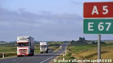 Lkw-Transitverkehr an der Transbaltika am Abend, Europastraße 67 oder Via Baltica, Kegums, Lettland, Baltikum, Nordeuropa, Europa