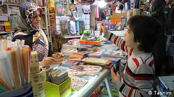 Iran Westliche Schreibwaren in Geschäft (Tasnim)