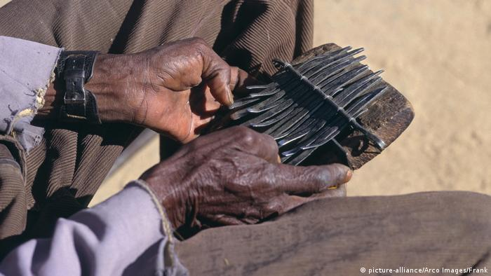 Simbabwe das Musikinstrument Mbira (picture-alliance/Arco Images/Frank)