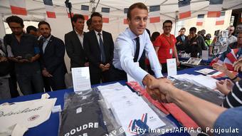 O Γάλλος πρόεδρος Εμμανουέλ Μακρόν με επισκέπτες στο Μέγαρο των Ηλυσίων