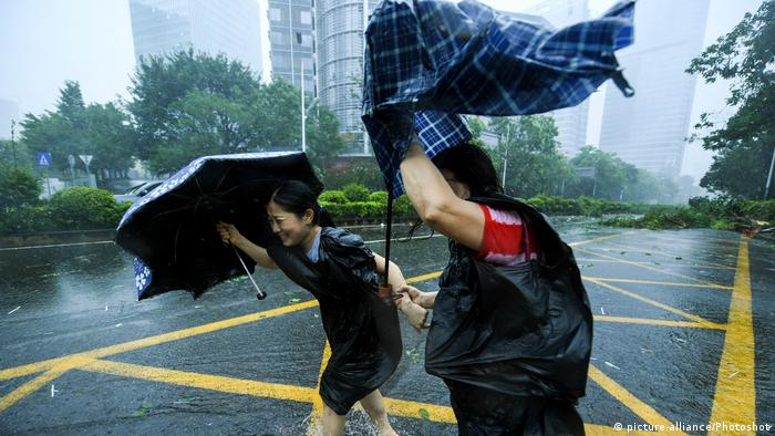 Pedestrians walk in the wind at Nanshan District in Shenzhen (picture-alliance/Photoshot)