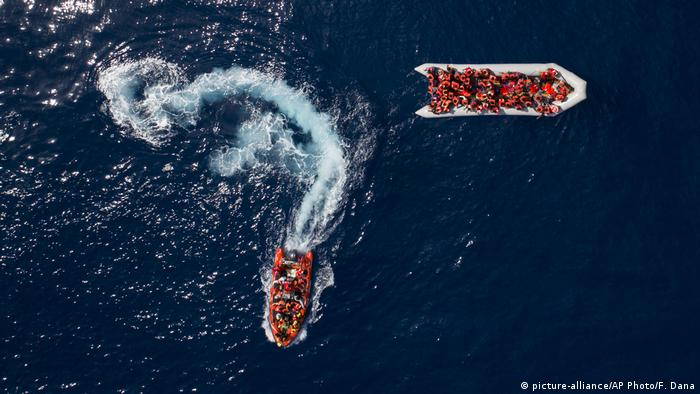Rubber boats seen from above race through the sea (picture-alliance/AP Photo/F. Dana)
