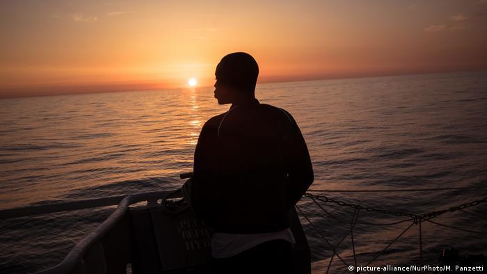 Foto de una persona que ve al mar