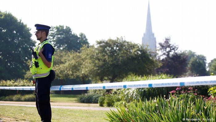Британский полицейский охраняет оцепленную территорию в Солсбери