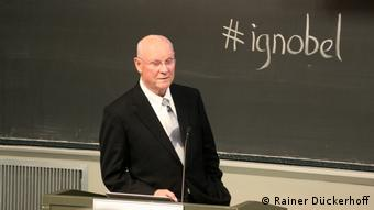 Ig-Nobelpreisträger John Barry während seines Ig-Nobelpreis-Vortrags am MIT
