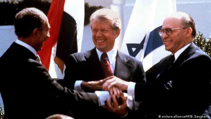 Sadat, Carter und Begin besiegeln Unterzeichnung des ägyptisch-israelischen Friedensvertrages in Washington 1979 (picture-alliance/AP/B. Daugherty)