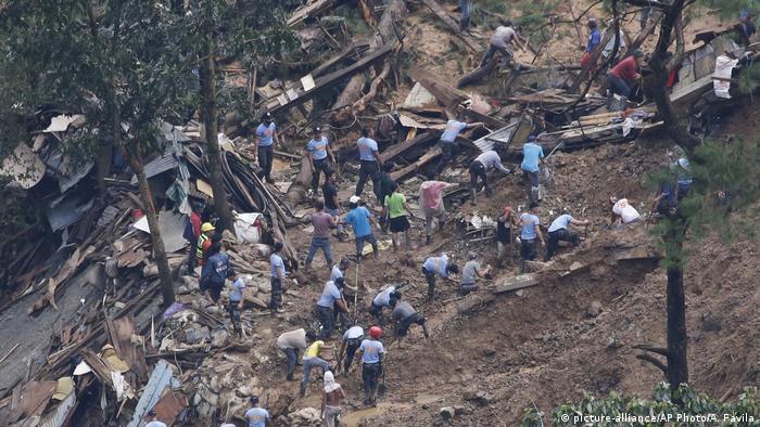 Equipes de resgate trabalham em busca de sobreviventes em Itogon, nas Filipinas