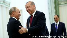 September 7, 2018 TEHRAN, IRAN - SEPTEMBER 7: President of Turkey Recep Tayyip Erdogan (R) meets Russian President Vladimir Putin (L) ahead of trilateral summit between Turkey, Iran and Russia on September 7, 2018 in Tehran, Iran. Rasit Aydogan / Anadolu Agency | Keine Weitergabe an Wiederverkäufer.