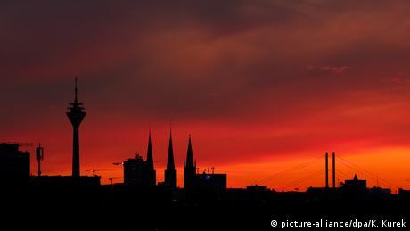 Die Skyline von Düsseldorf im Sonnenuntergang in Rottönen (Bild: picture-alliance/dpa/K. Kurek)