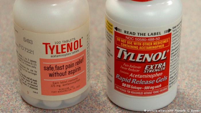 Two bottles of Tylenol pain relievers (picture-alliance/AP Photo/B. C. Bower)