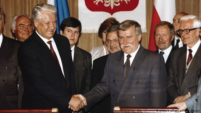 Polish President Lech Walesa shakes hands with Russian President Boris Yeltsin