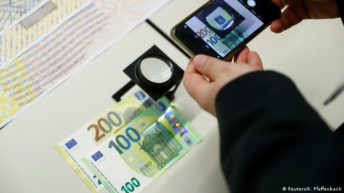 The new €100 and €200 banknotes are unveiled at the ECB headquarters in Frankfurt (Reuters/K. Pfaffenbach)
