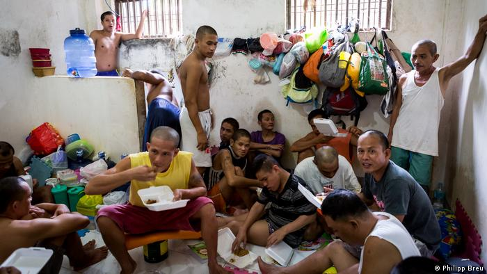 Inmates in the crammed holding cell of Ozmaniz Police Station, Philippines (Philipp Breu)