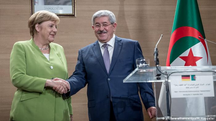 German Chancellor Angela Merkel and Algerian Prime Minister Ahmed Ouyahia in Algiers (picture-alliance/dpa/M. Kappeler)