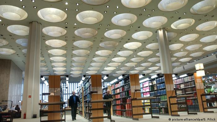 Lesesaal in der Staatsbibliothek in Berlin (picture-alliance/dpa/S. Pilick)