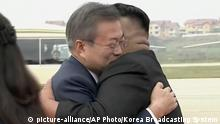 Nordkorea Kim Jong Un trifft Moon Jae-in am Flughafen in Pjöngjang (picture-alliance/AP Photo/Korea Broadcasting System)