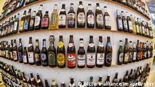 Deutschland Verschiedene Bierflaschen in einem Regal